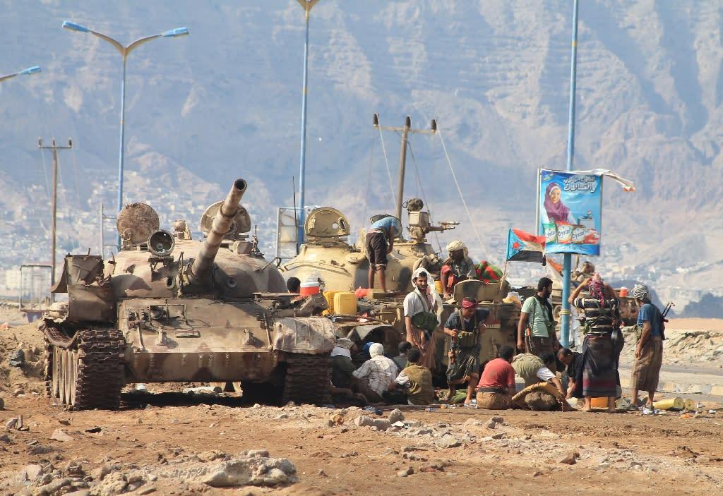 Loyalists of exiled Yemeni President Abedrabbo Mansour Hadi gather on the outskirts of Aden, on April 30, 2015 (AFP Photo/Saleh Al-Obeidi)