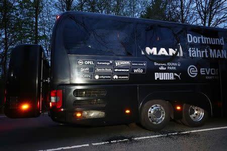 Ônibus do Borussia Dortmund após ser atingido por explosões