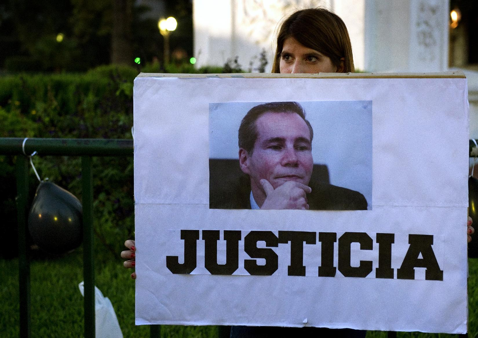 """A woman holds a sign reading """"Justice"""" during a demonstration in Buenos Aires on January 26, 2015, following the murder of Argentine public prosecutor Alberto Nisman (AFP Photo/Alejandro Pagni)"""