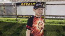 Un niño de 11 años pide pegatinas de automovilismo para decorar su ataúd