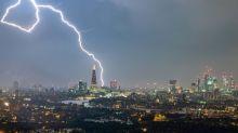 一日內6萬多次閃電 倫敦全日禁飛
