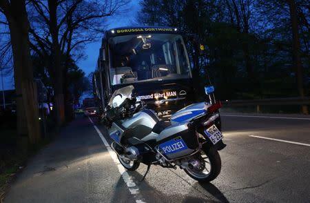 Uma motocicleta da polícia em frente ao ônibus do time Borussia Dortmund, após explosão.