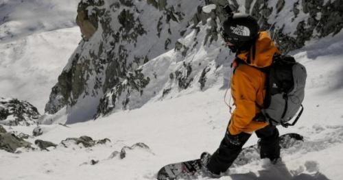 Snowboard - Xavier De Le Rue emmène Sam Smoothy dans un couloir à 50° à Chamonix, le Couloir Angélique