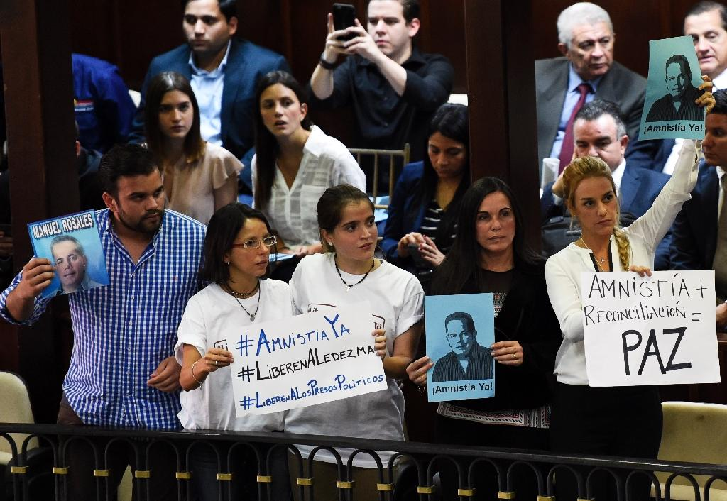 Lilian Tintori (R), wife of jailed Venezuelan opposition leader Leopoldo Lopez and Eveling Trejo De Rosales (2nd-R), wife of jailed former mayor of Maracaibo Manuel Rosales, demonstrate before a session of the National Assembly, in Caracas