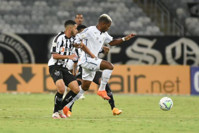 Renyer comemora volta ao Santos dez meses após cirurgia