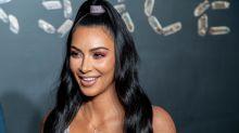 Kim Kardashian zeigt sich halbnackt im transparenten Kleid
