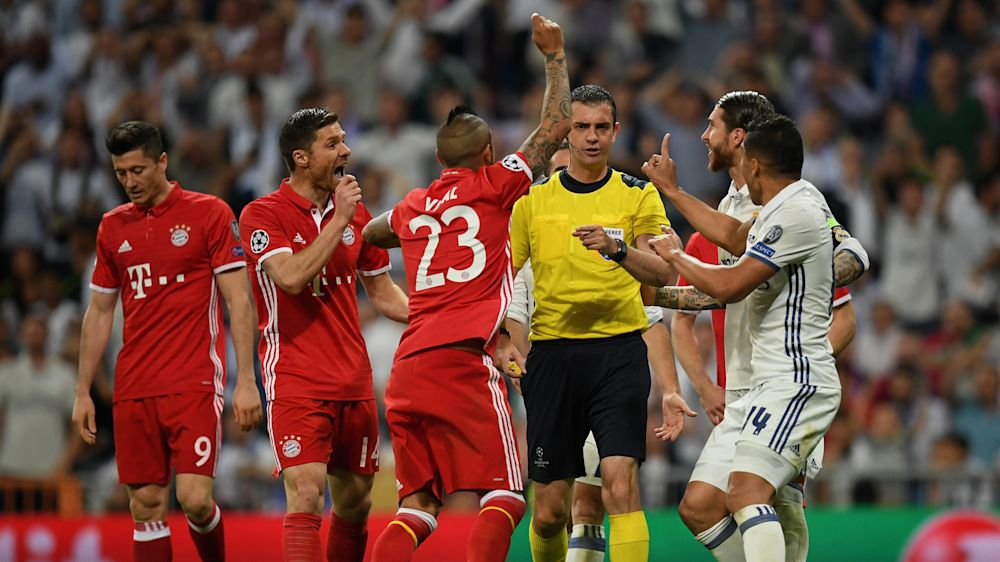 Rabbia Bayern: Vidal, Thiago e Lewandowski nello spogliatoio dell'arbitro