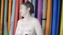 L'economista inglese che protesta nuda contro la Brexit