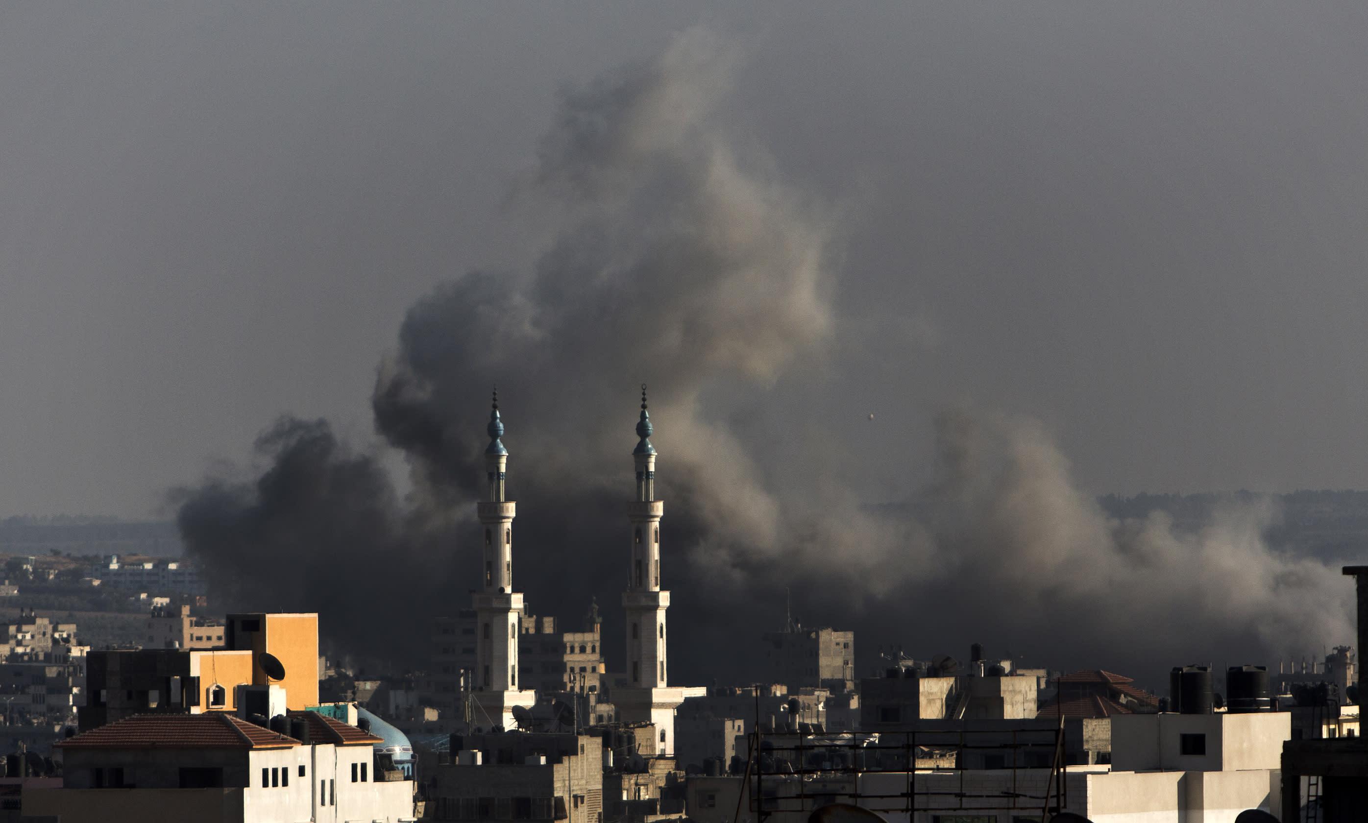 Smoke billows following an Israeli military strike on Gaza City on August 8, 2014 (AFP Photo/Mahmud Hams)