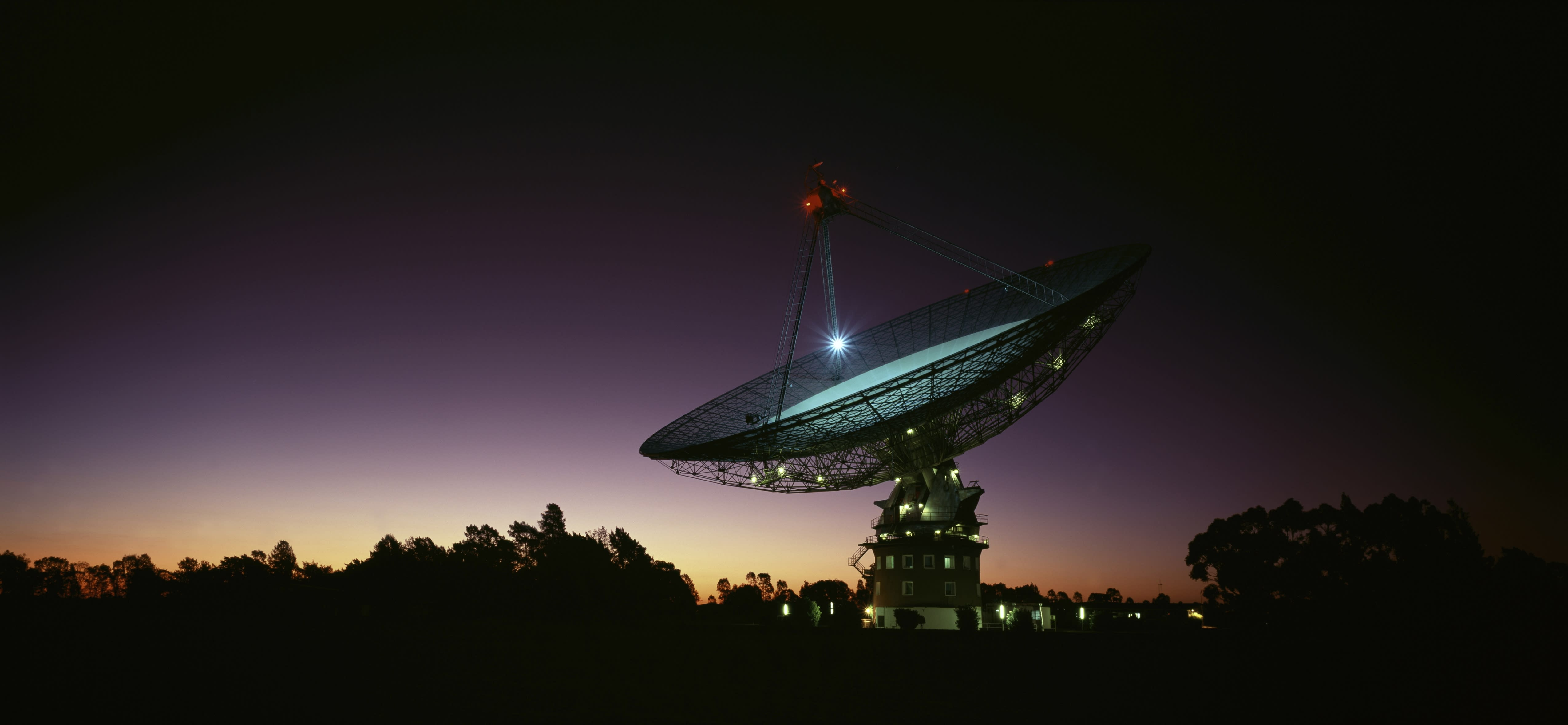 Parkes Radio-Telescope at night CSIRO facility, near Parkes Parkes, New South Wales, Australia. (Photo by Auscape/Universal Images Group via Getty Images)
