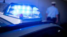 Polizei und Feuerwehr: Unfall mit Streifenwagen - zwei Polizisten verletzt