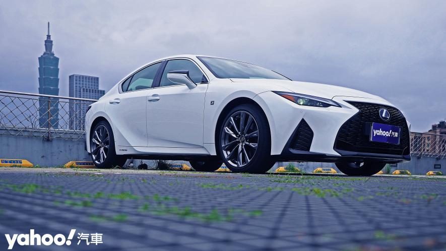 跑格煉成陣下的折衷之作!2021 Lexus小改款IS300h F Sport試駕 - 15