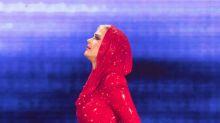 Katy Perry luce sus curvas de rojo en concierto y causa furor