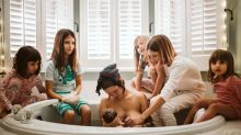 Elle a accouché chez elle entourée de ses cinq filles