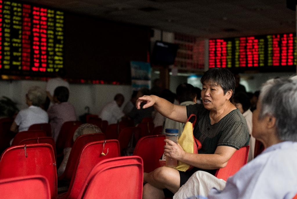 Investors monitor screens showing stock market movements at a brokerage house in Shanghai on August 13, 2015 (AFP Photo/Johannes Eisele)