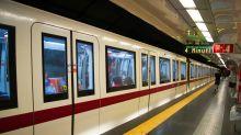 Si getta sotto la metro a Roma ma il convoglio le passa sopra senza ferirla