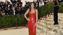Cindy Crawford trägt bei der Met Gala einen ihrer berühmtesten Looks noch einmal
