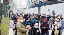Neoyorquinos despistados ignoran el riesgo y se reúnen para ver la llegada del USNS Comfort