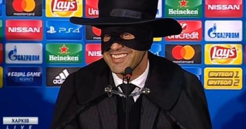 Foot - WTF - L'entraîneur du Chakhtior Donetsk Paulo Fonseca se déguise en Zorro en conférence de presse après avoir battu Manchester City