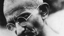 Occhiali del Mahatma Gandhi battuti all'asta per 260 mila sterline: il proprietario aveva rischiato di buttarli