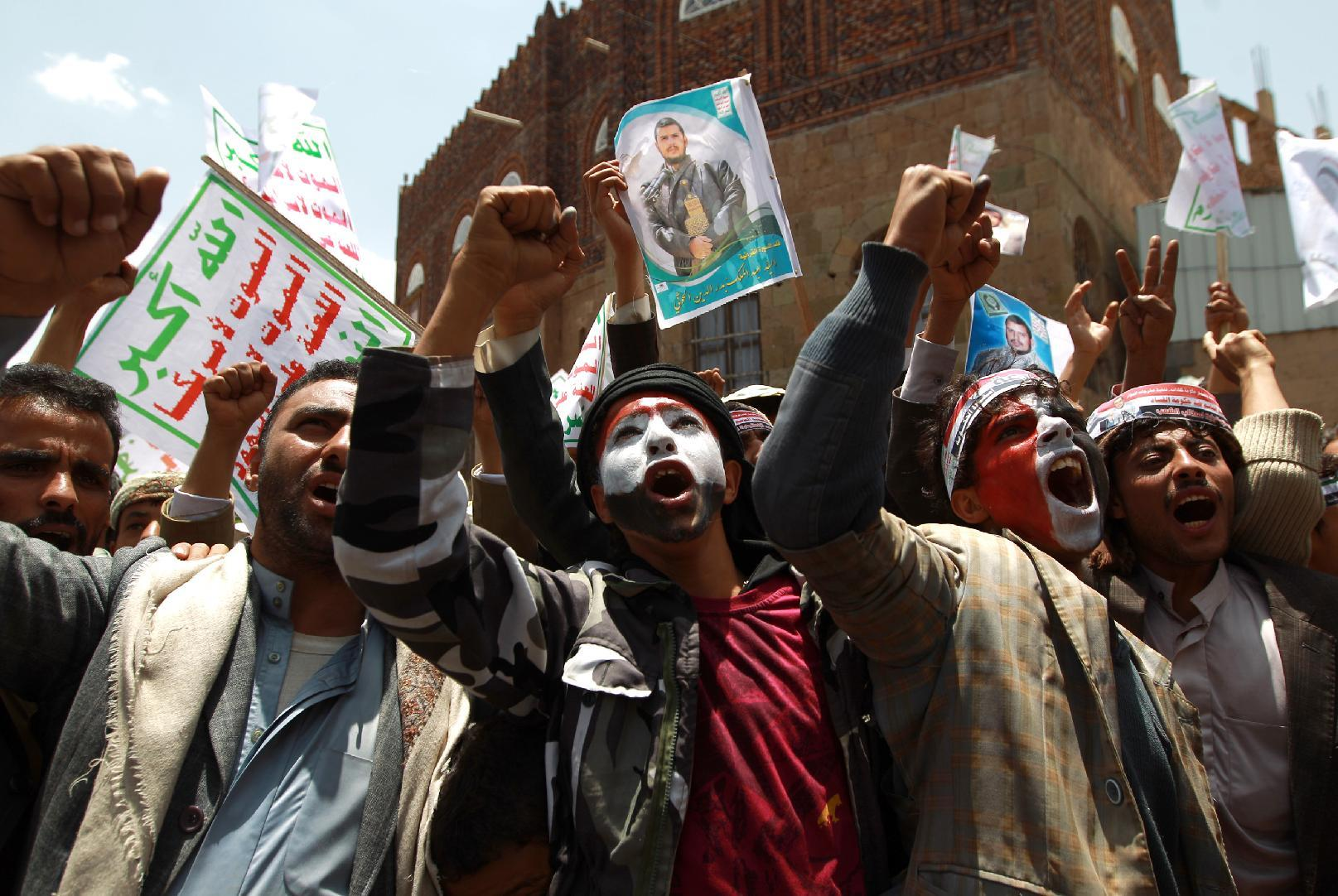 Supporters of the Shiite Huthi movement shout slogans during an anti-government demonstration in Sanaa on September 3, 2014 (AFP Photo/Mohammed Huwais)