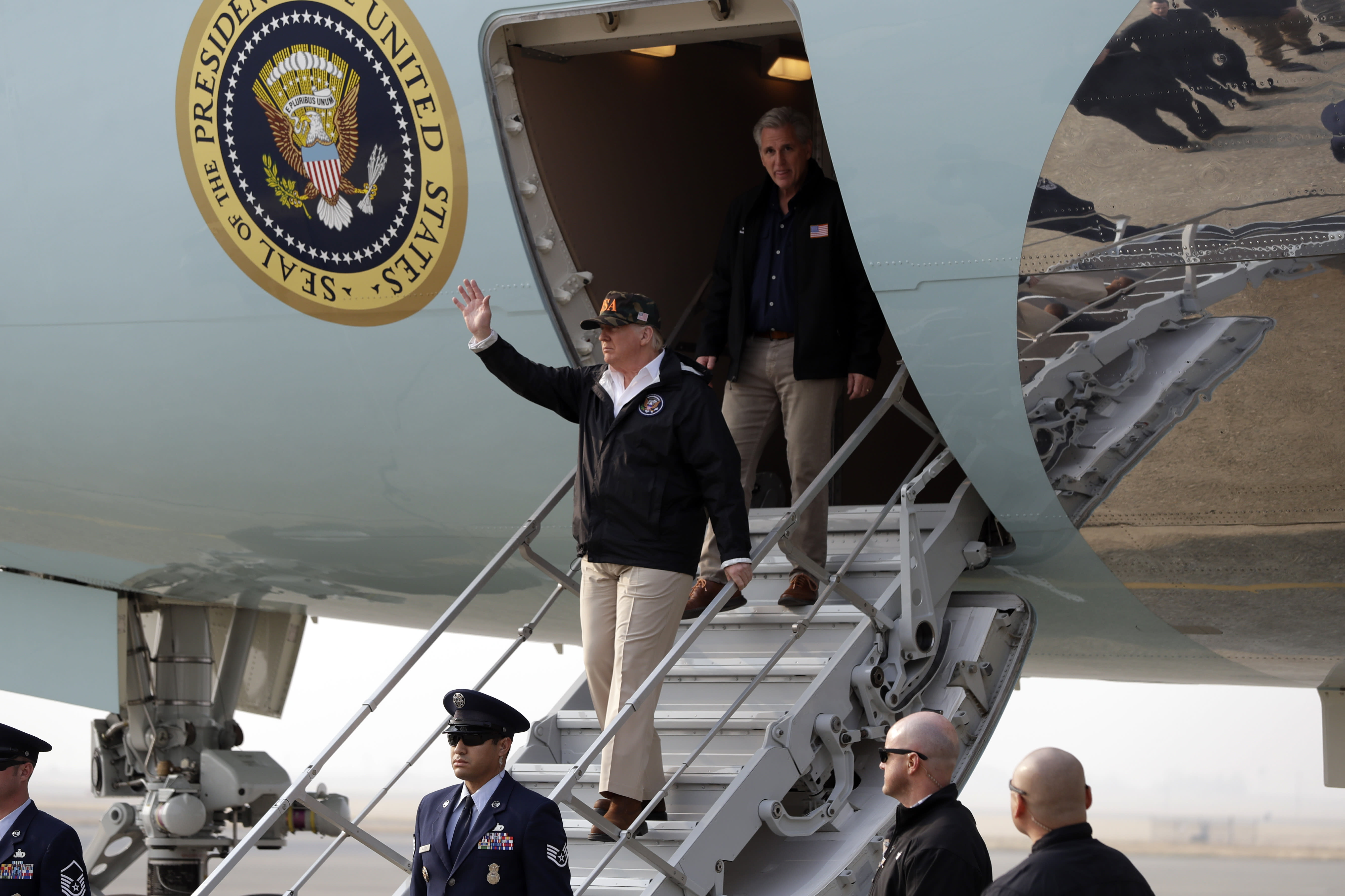 <p>President Donald Trump waves as he arrives on Air Force One at Beale Air Force Base for a visit to areas impacted by the wildfires, Nov. 17, 2018, at Beale Air Force Base, Calif. He is followed by House Majority Leader Kevin McCarthy of Calif. (Photo: Evan Vucci/AP) </p>
