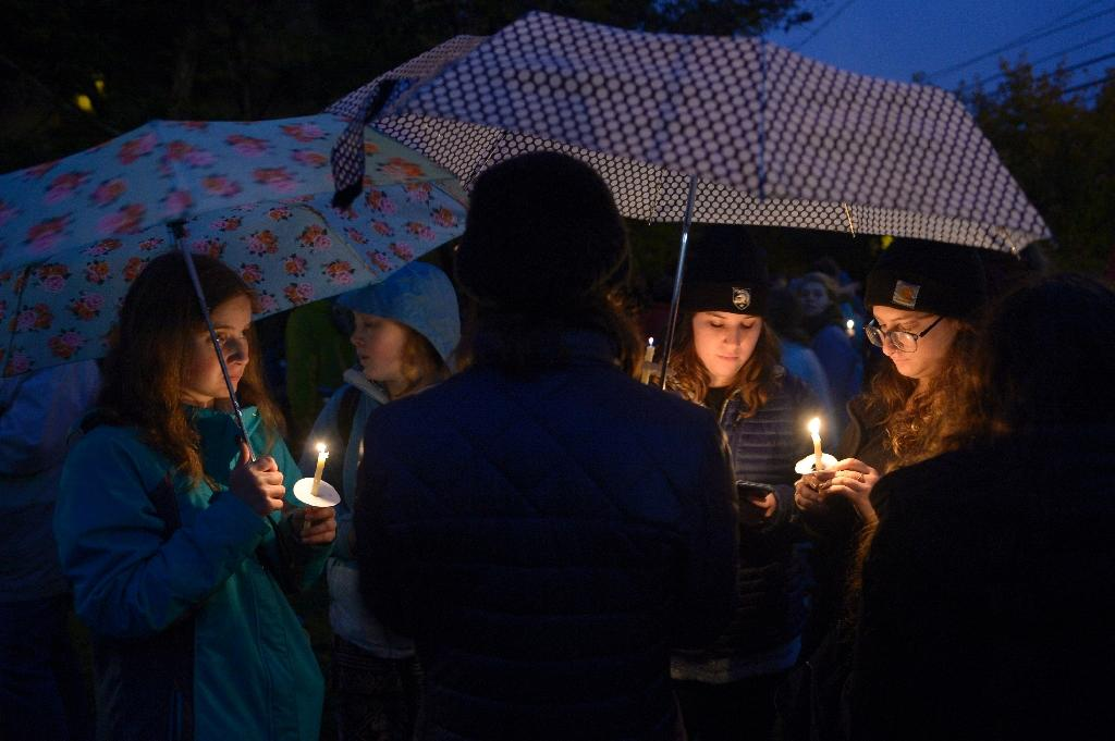 Residents hold a candlelit vigil for victims of the shooting at the Tree of Life Synagogue in Pittsburgh, Pennsylvania (AFP Photo/Dustin Franz)
