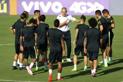 Tite prioriza bola parada defensiva em treino da Seleção Brasileira