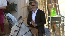 George Clooney se pasea por Navalcarnero a lomos de un burro
