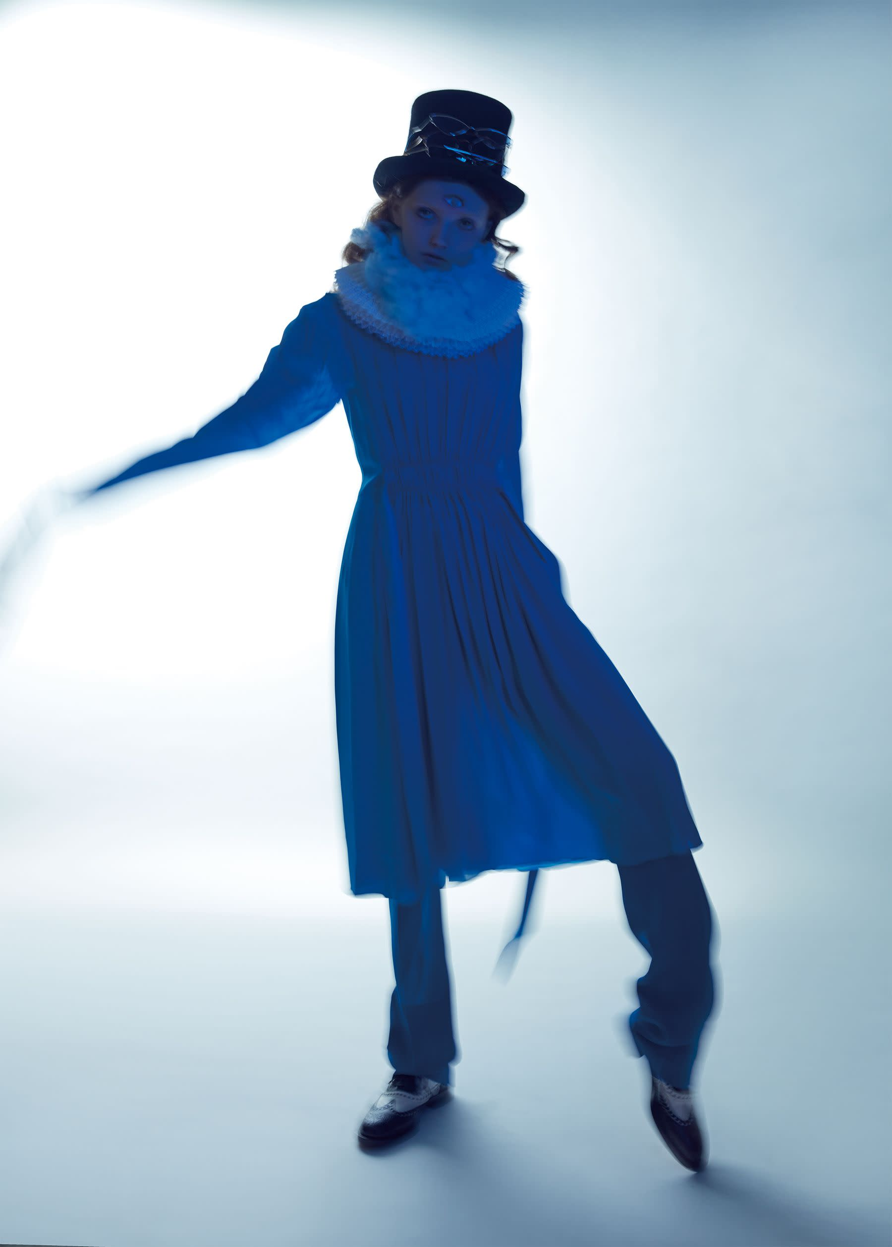 洋裝,Louis Vuitton;長褲,Michael Kors;皮鞋,Dior;眼鏡,Spektre。