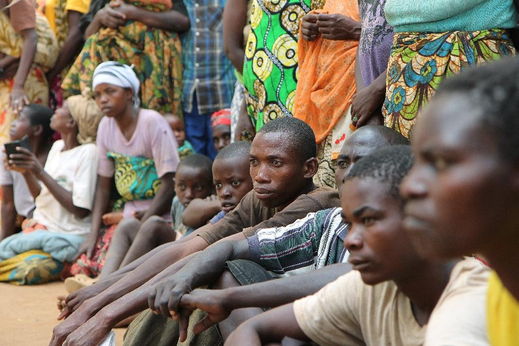 Burundian refugees wait for handouts in Gashora, Rwanda (AFP Photo/Stephanie Aglietti)