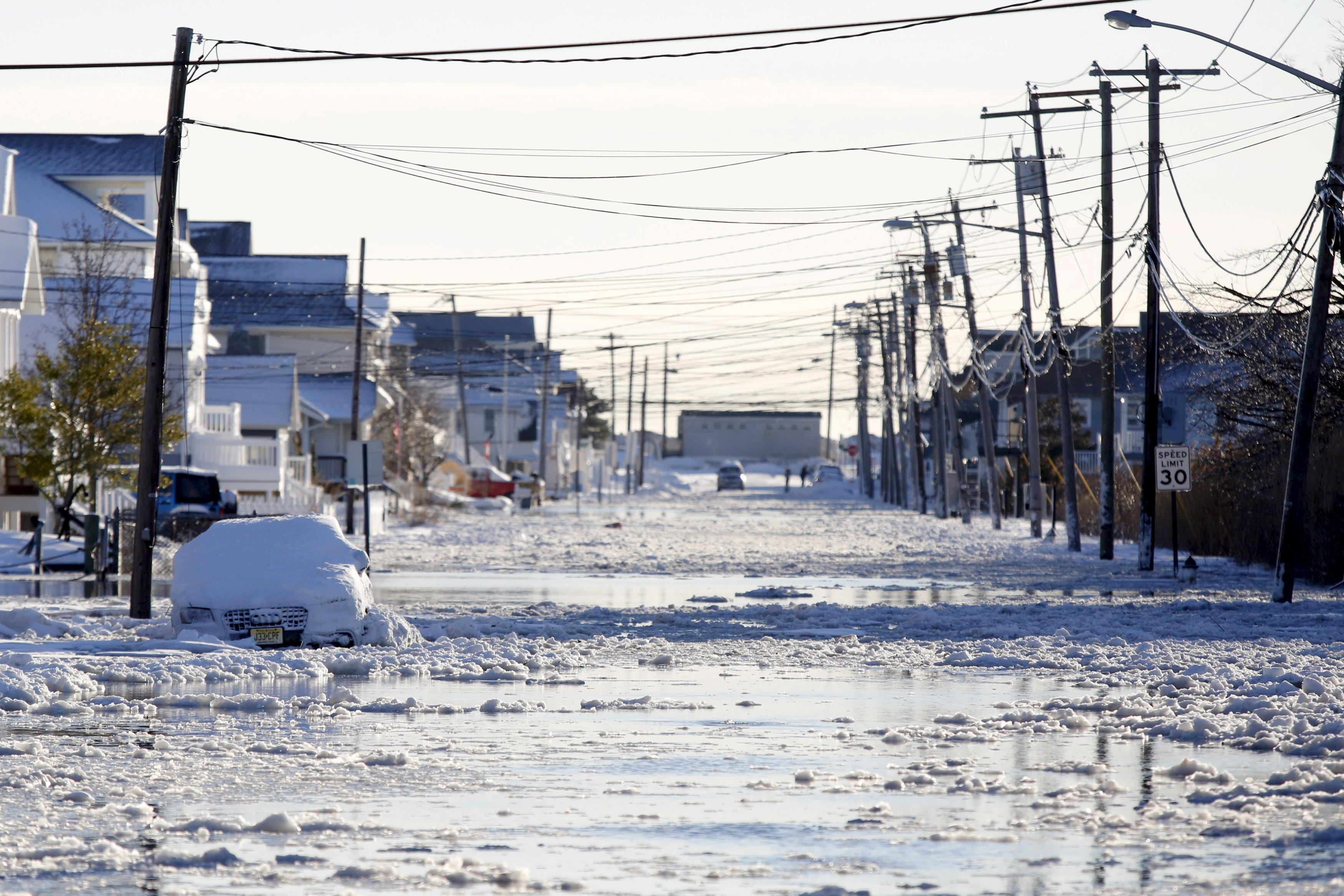 Floodwaters cover Brielle Road after a winter storm in Manasquan, New Jersey, January 24, 2016. A morning high tide surge of 2 feet followed snowfall of about 2 feet in the first major storm of the season. REUTERS/Dominick Reuter