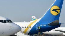 Ukraine: une passagère ouvre la porte de son avion cloué au sol et sort sur l'aile de l'appareil