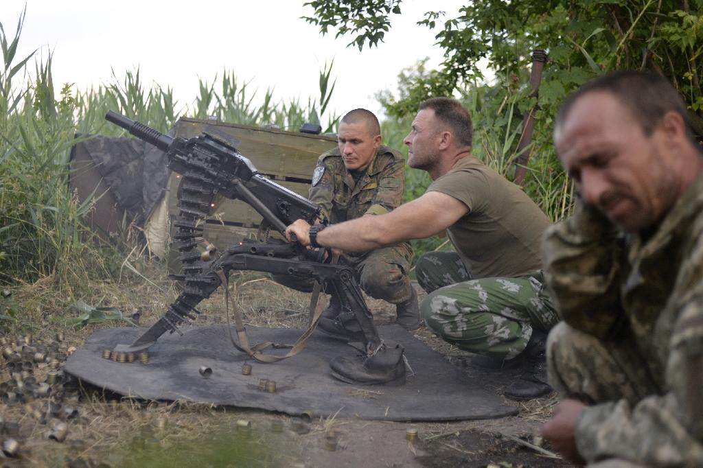 Ukrainian servicemen use an automatic grenade launcher during fights with the pro-Russian separatists near Avdeevka, Donetsk region, on June 18, 2015 (AFP Photo/Aleksey Chernyshev)