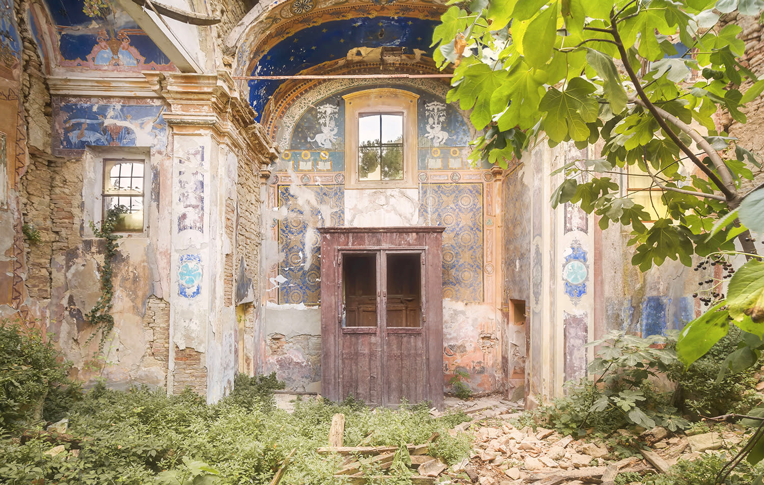 <p>An amateur photographer has spent the last four years scouring Italy for its most remarkable abandoned buildings. (Photo: Roman Robroek/Caters News) </p>