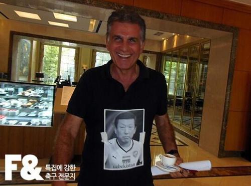Queiroz accessorizes his black polo (101gg.com)