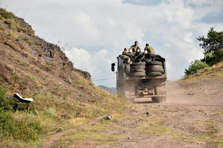 Armenian servicemen fortify their positions on the Armenian-Azerbaijani border (AFP Photo/Karen MINASYAN)
