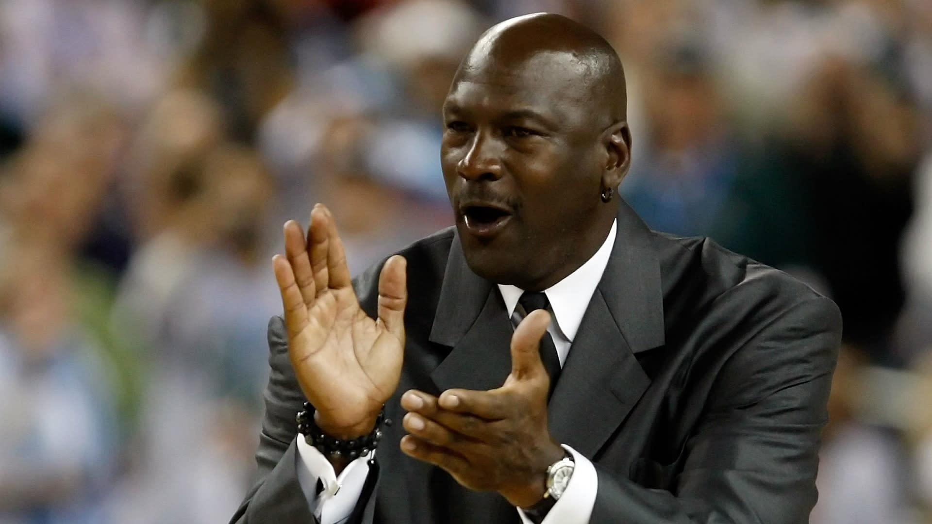 Ficha en espaïol de la trayectoria NBA de Michael Jordan con todas sus estadïsticas en playoffs temporada regular y allstars datos personales logros