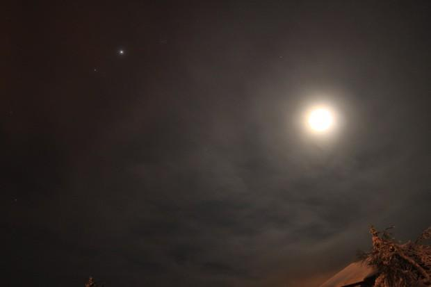 PSA: Slooh's Space Camera broadcasting Moon / Jupiter conjunction right now