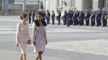 Letizia y Juliana Awada coinciden con looks idénticos en su encuentro, pero la reina eclipsa a la argentina en la cena de gala