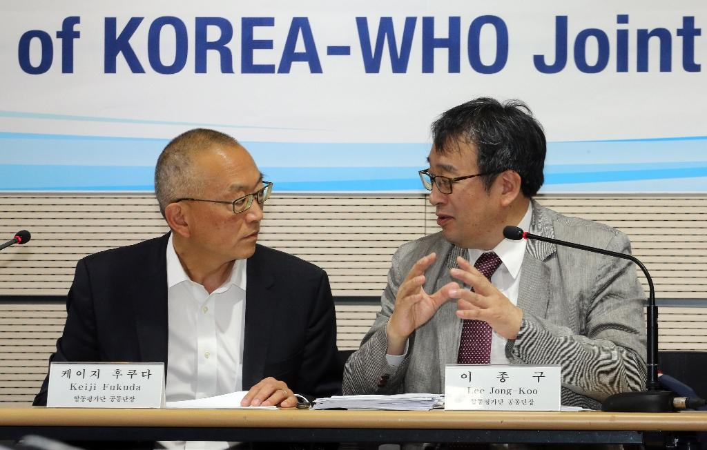 WHO Assistant Director-General for Health Security Keiji Fukuda (L) talks to Lee Jong-Koo, co-leader of a joint mission to review the outbreak of MERS in South Korea, during a press conference in Sejong, south of Seoul, on June 13, 2015 (AFP Photo/Yonhap)