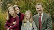 Los Reyes y sus hijas posan para felicitar las Fiestas: repasamos todas las tarjetas navideñas de Felipe y Letizia