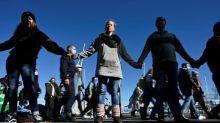 """Des """"anti-masques"""" forment une chaîne humaine à la frontière germano-suisse"""