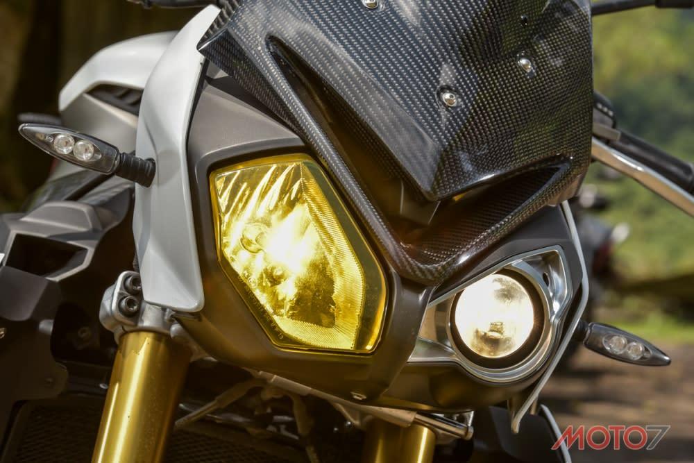 S1000R承襲S1000RR不對稱頭燈設計。