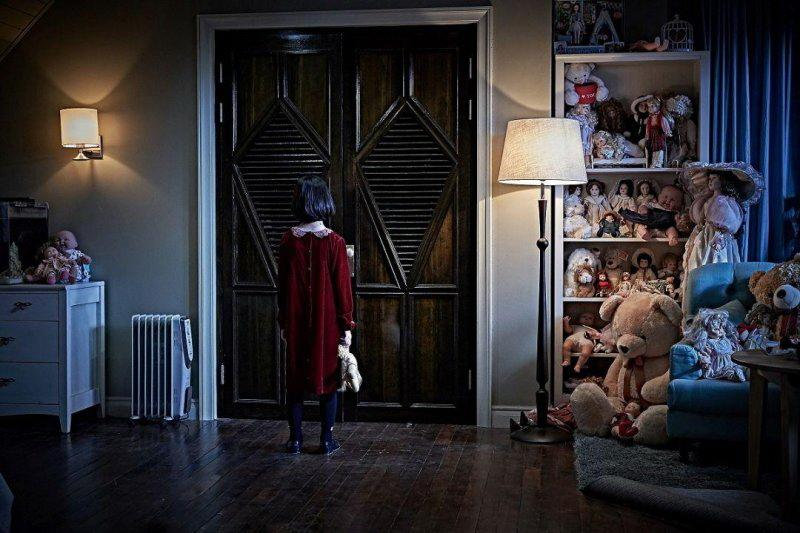 來自南韓的地獄鬼《陰櫥》,2020-02-21上映:河正宇從地獄歸來後,這次要以「人」的身分挑戰撞鬼經驗。河正宇在片中飾演一名妻子過世後與女兒漸行漸遠的父親,為了修補父女關係而決定帶女兒到鄉下生活,不料女兒竟在新家壁櫥前消失無蹤。《陰櫥》是河正宇首度挑戰恐怖題材,儘管他日前爆出毒品疑雲,所幸後來已獲得平反,相信喜愛河正宇的觀眾可以放心走進戲院,欣賞他從影以來的首次受驚演出。(圖:車庫娛樂)