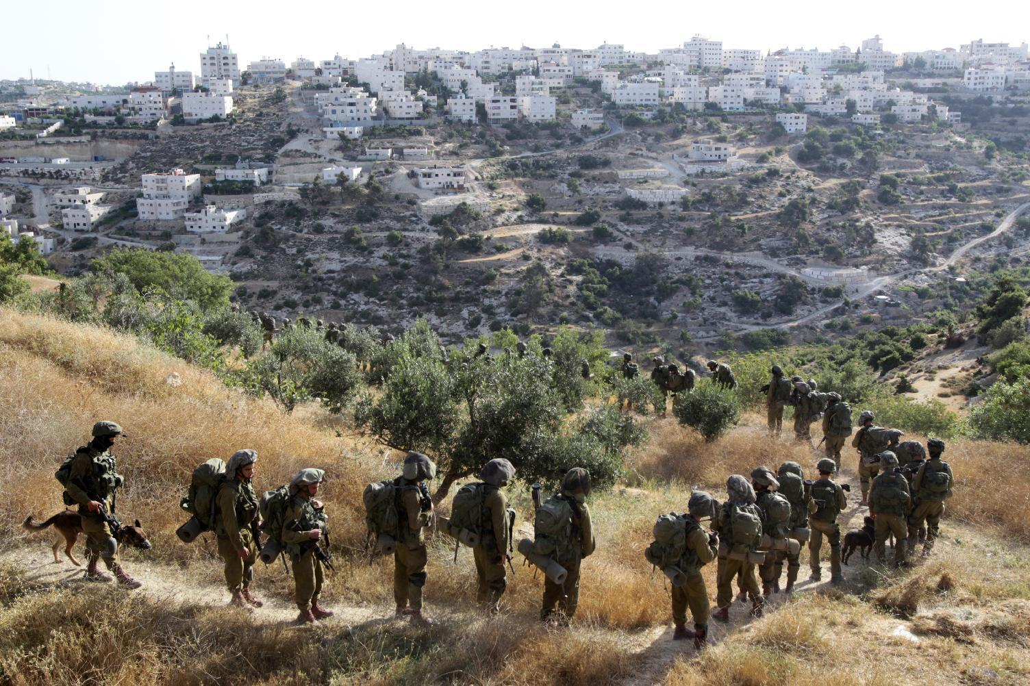 Israeli soldiers search for the missing teenagers during an operation in the West Bank town of Hebron, on June 17, 2014 (AFP Photo/Hazem Bader)