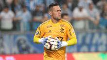 Teste de Diego Alves dá positivo para Covid-19, e goleiro é afastado