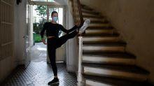 Así viven el confinamiento las bailarinas de cancán del famoso Moulin Rouge