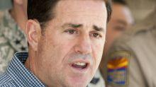 Gobernador de Arizona cede a presión y ordena cierre de barberías y estéticas