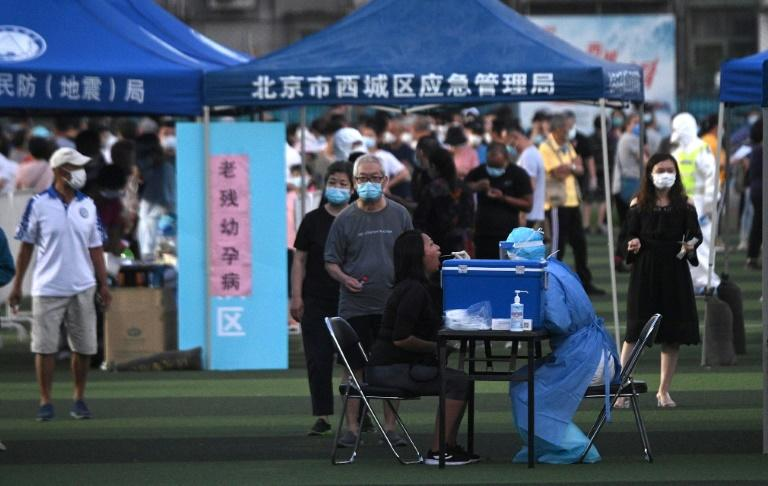 Health workers test people who visited or live near the Xinfadi Market in Beijing (AFP Photo/Noel Celis)